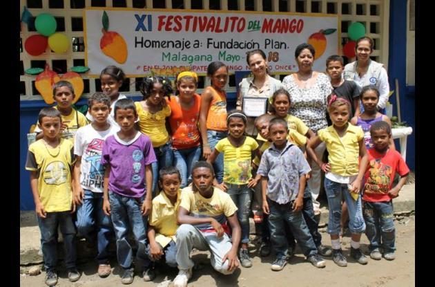 Homenaje de los niños de la Institución Educativa Técnica Agroindustrial de Mala