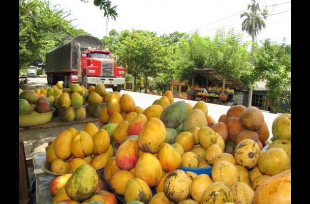 En la Troncal de Occidente se improvisan ventas de mangos para fácil alcance de