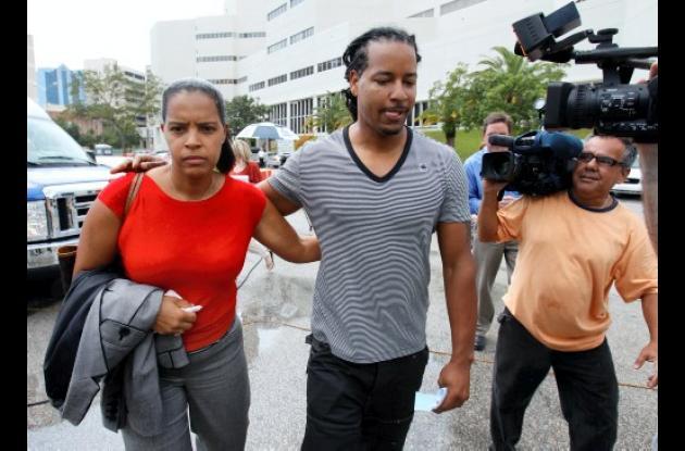 Manny Ramírez salió de la cárcel. Lo acompañan varios familiares.