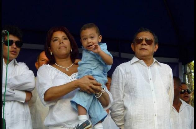 Marcelo Torres, alcalde de Magangué, acompañado de sus familiares durante el act