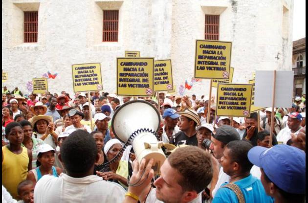 Marcha de habitantes de Mampuján. Las víctimas caminaron para pedir reparación.