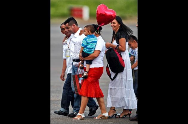 Marcos Baquero con su padre, su esposa y familiares en el aeropuerto de Villavic