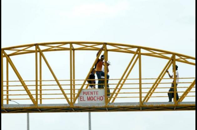 Puente peatonal inconcluso en Cartagena
