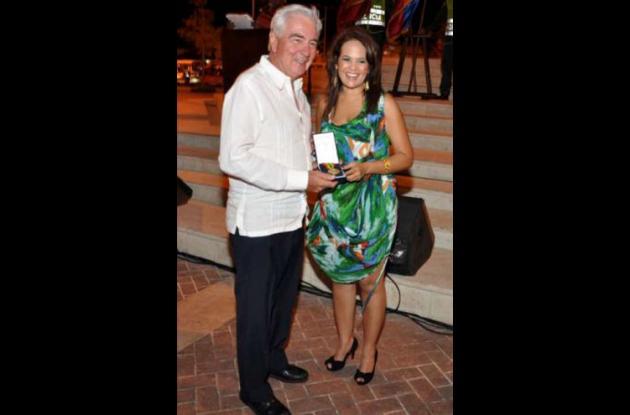 El doctor Jaime Trucco Lemaitre y la alcaldesa Judith Pinedo.