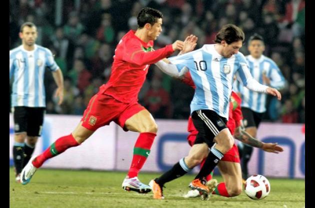 Lionel Messi pelea el balón con Cristiano Ronaldo y Raul Meireles
