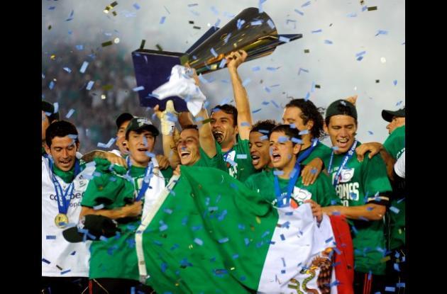 Los jugadores de México festejan el título de la Copa de Oro.