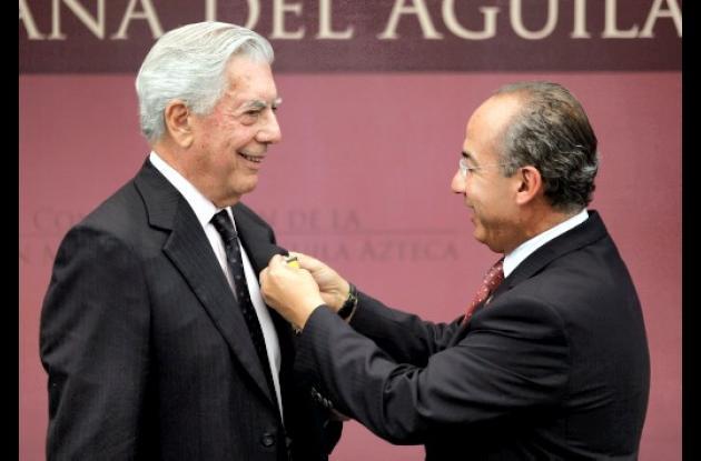 Mario Vargas Llosa condecorado por Felipe Calderón, presidente de México.