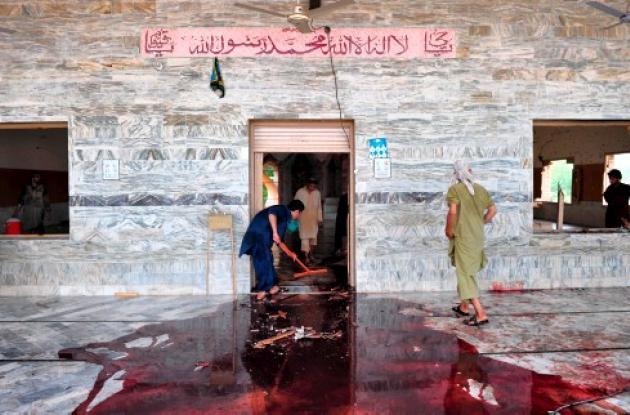 Residentes de Jhyber colaboran para limpiar el piso ensangrentado de la mezquita