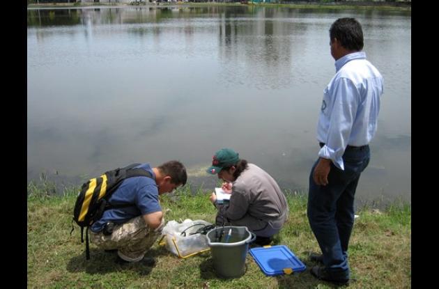 Analizan causas de cambio de color del agua de El Laguito.