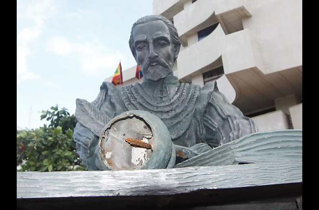 Escultura de Miguel Cervantes, con el tarro de tinta casi arrancado.