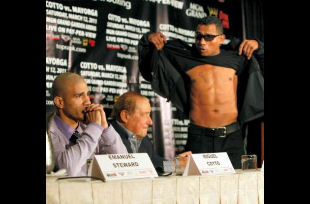Ricardo Mayorga y Miguel Cotto durante la rueda de prensa del combate del sábado