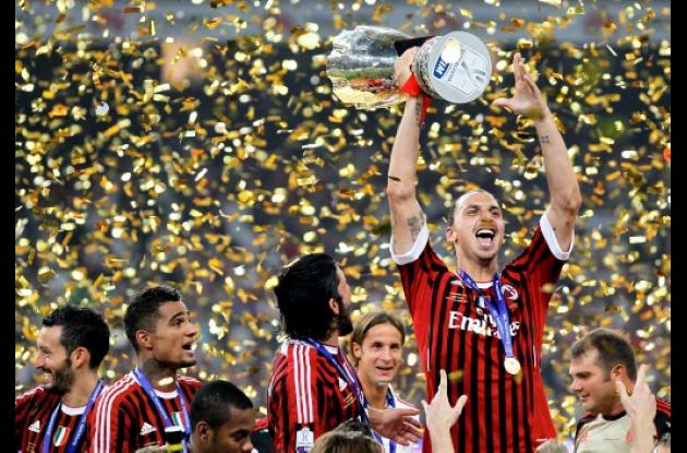 Zlatan Ibrahimovic, estrella del Milan alza el trofeo de campeón.