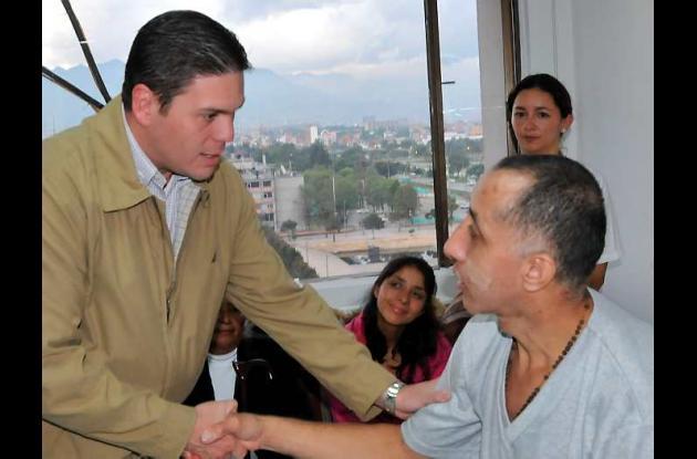 El ministro de Defensa, Juan Carlos Pinzón, junto al sargento Luis Alberto Erazo
