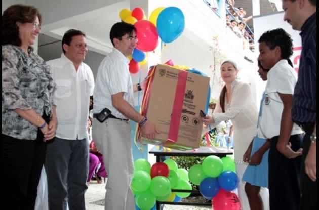 La entrega del computador 300 mil se hizo hoy en la IE Santa María en Cartagena.