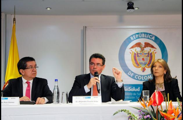 Fernando Ruiz Gomez, viceministro de Salud, Alejandro Gaviria, ministro de Salud y Maria Clemencia Rodriguez de Santos, primera dama de la Nación.