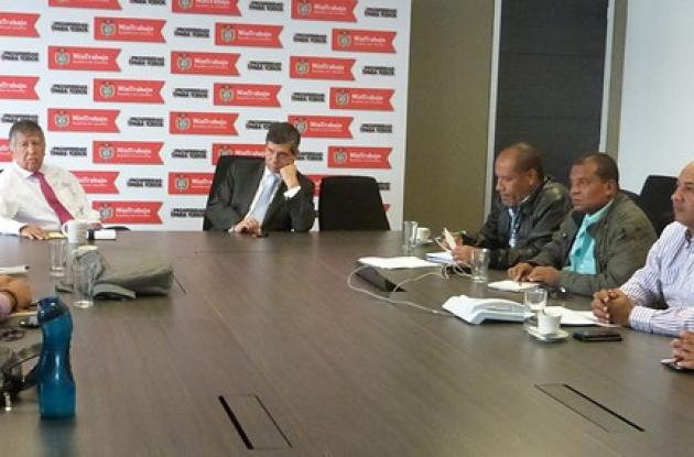 El ministro de Trabajo, Rafael Pardo, en reunión con los trabajadores de Drummond.