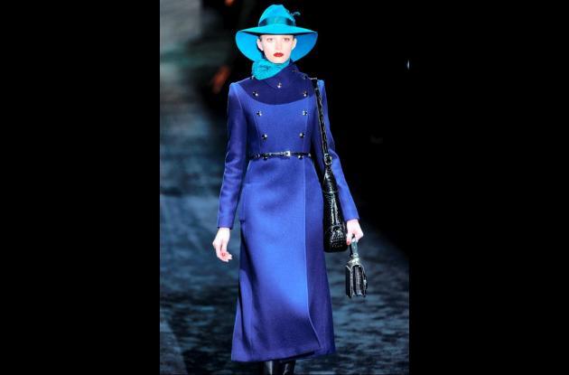 Mujer desfila un vestido azul largo