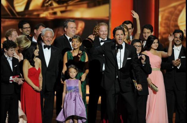 Elenco de Modern Family celebrando el premio a mejor serie de comedia.