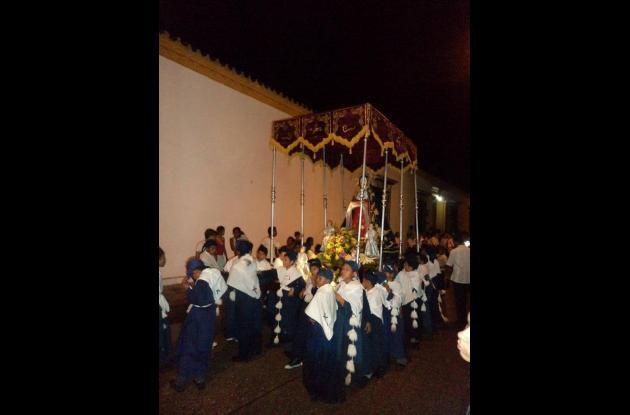 Jueves Santo. Niños encabezan la procesión de la Virgen de la Dolorosa.