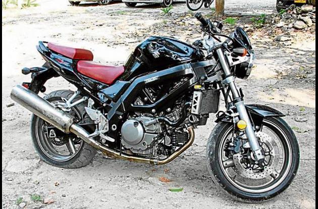 Esta es la motocicleta, marca Suzuki, en la que se movilizaba alias el Paisas, c