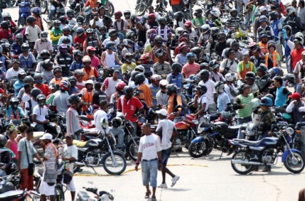 Mototaxistas bloquean vías