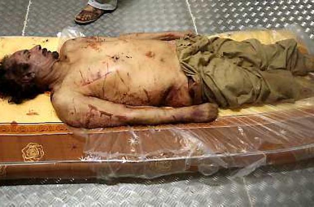 El cuerpo de Gadafi yace en un colchón ensangrentado en el suelo del congelador