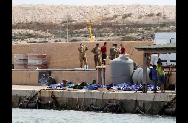 Los ahogados se encuentran en el puerto de Lampedusa, Italia.