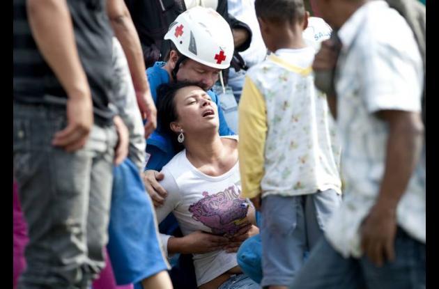 Una mujer llora tras saber que un pariente murió en el accidente de la mina.