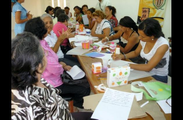 mujeres participan del seminario