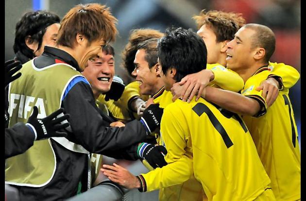Los jugadores del equipo japones Kashiwa Reysol celebran