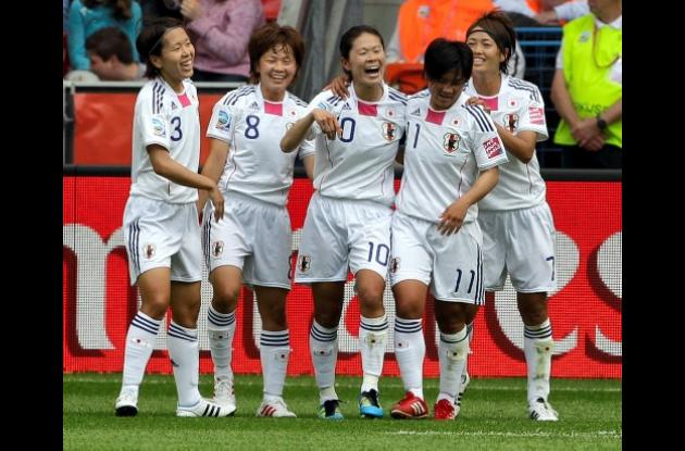 Homare Sawa (10) fue la estrella de Japón que goleó 4-0 a México