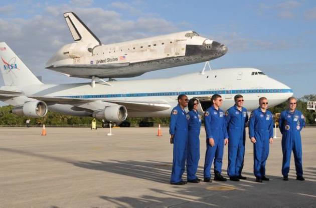 El transbordador espacial Discovery encima del portaviones 747.