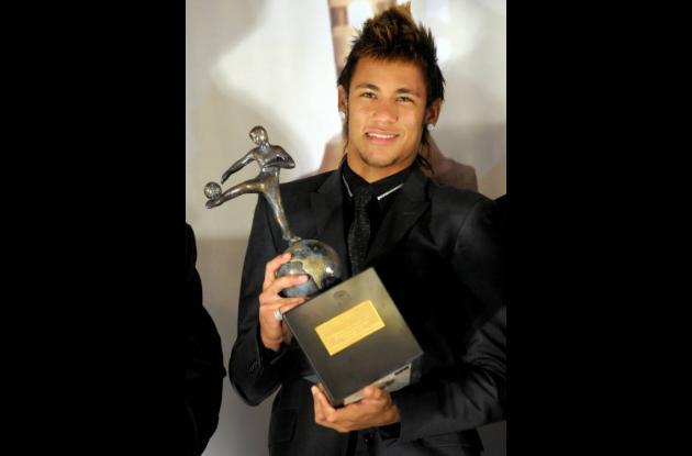 Neymar cuando recibía el premio en Montevideo.