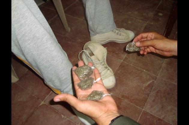 Sorprenden a estudiante con marihuana en sus zapatos
