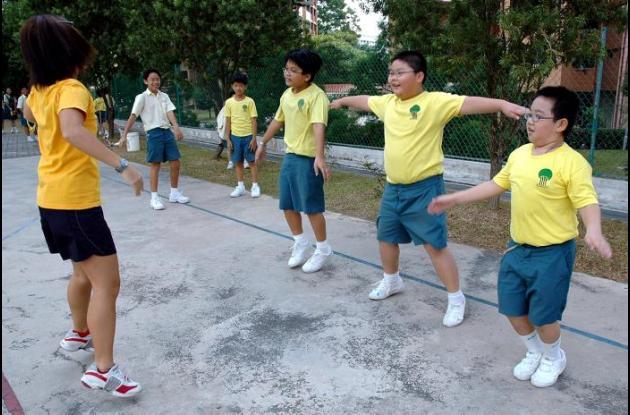 Niños haciendo ejercicio.