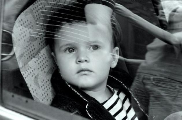 Medidas para que niños viajen en automóviles.