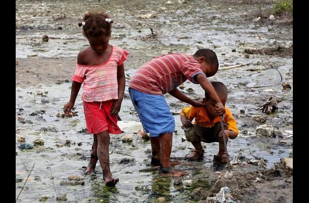 niños jugando en la contaminación a orillas de la Ciénaga de La Virgen
