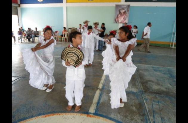 Niños de Bolívar y Sucre bailan en el Festival Departamental del Folclor.