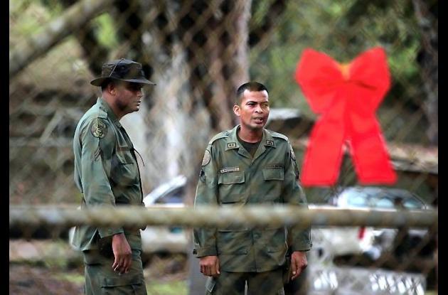 Agentes de policía hacen guardia fuera de la cárcel El Renacer, donde el exhombr