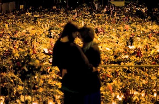 Las personas depositan flores em homenaje a las víctimas de la masacre de Norueg
