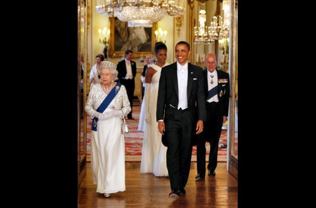 La reina se paró junto al presidente mientras guardias escoceses en chaquetas ro