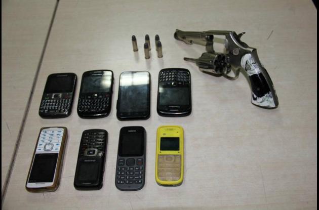 Estos fueron los objetos decomisados. arma celular