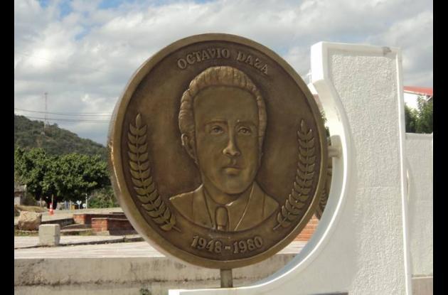 Placa conmemorativa a Octavio Daza.