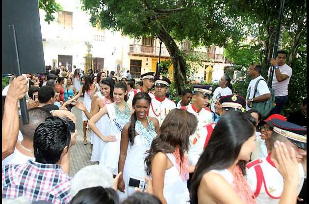 Las aspirantes a Señorita Colombia en el Parque Bolívar.