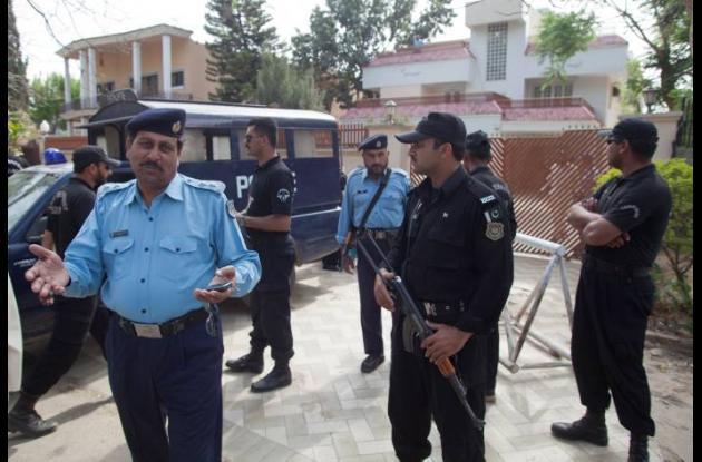 Oficiales de policía paquistaníes resguardan la casa familiares de osama bin lad