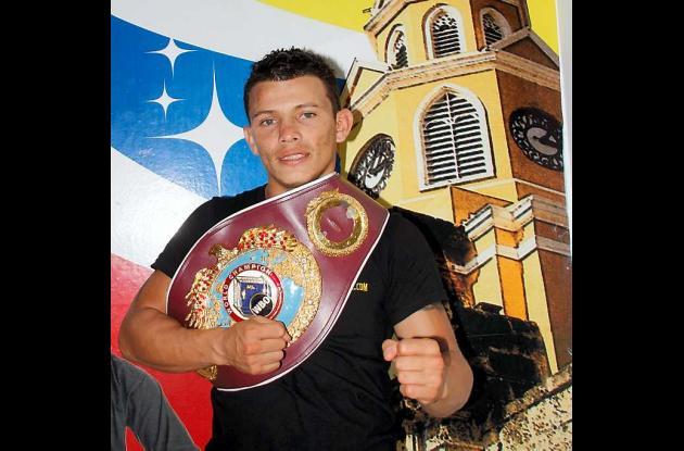 El boxeador tolimense, Óscar Escandón, exhibe su cinturón de campeón Latino el c
