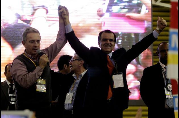 Óscar Ivan Zuluaga junto al expresidente Álvaro Uribe Vélez.