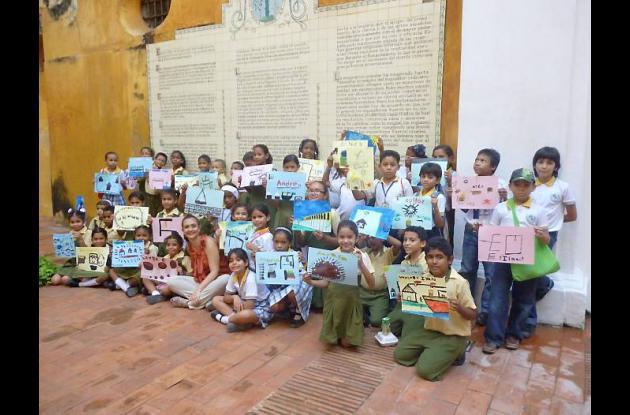 Los niños mostrando sus trabajos artísticos.