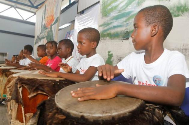 Desde pequeños les imparten clases de tambor a los niños.