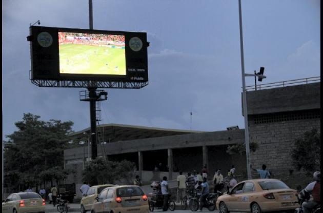 Hinchas del Real Cartagena reclaman la pantalla gigante del Jaime Morón León.